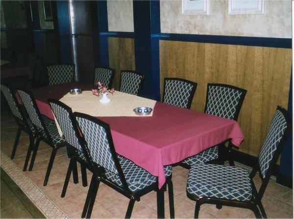 Zaal met tafeltjes